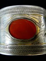 closeup view of single-tiered Turkoman Cuff