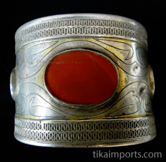 closeup view of single-tiered Turkoman Cuff